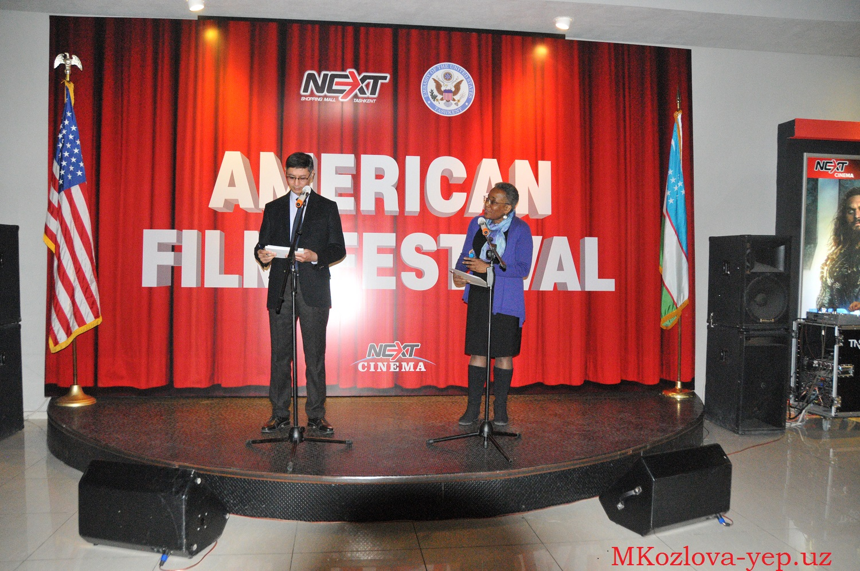 Церемония открытия фестиваля американского кино. Справа посол США в Узбекистане Памела Спратлен, слева переводчик Абдумалик