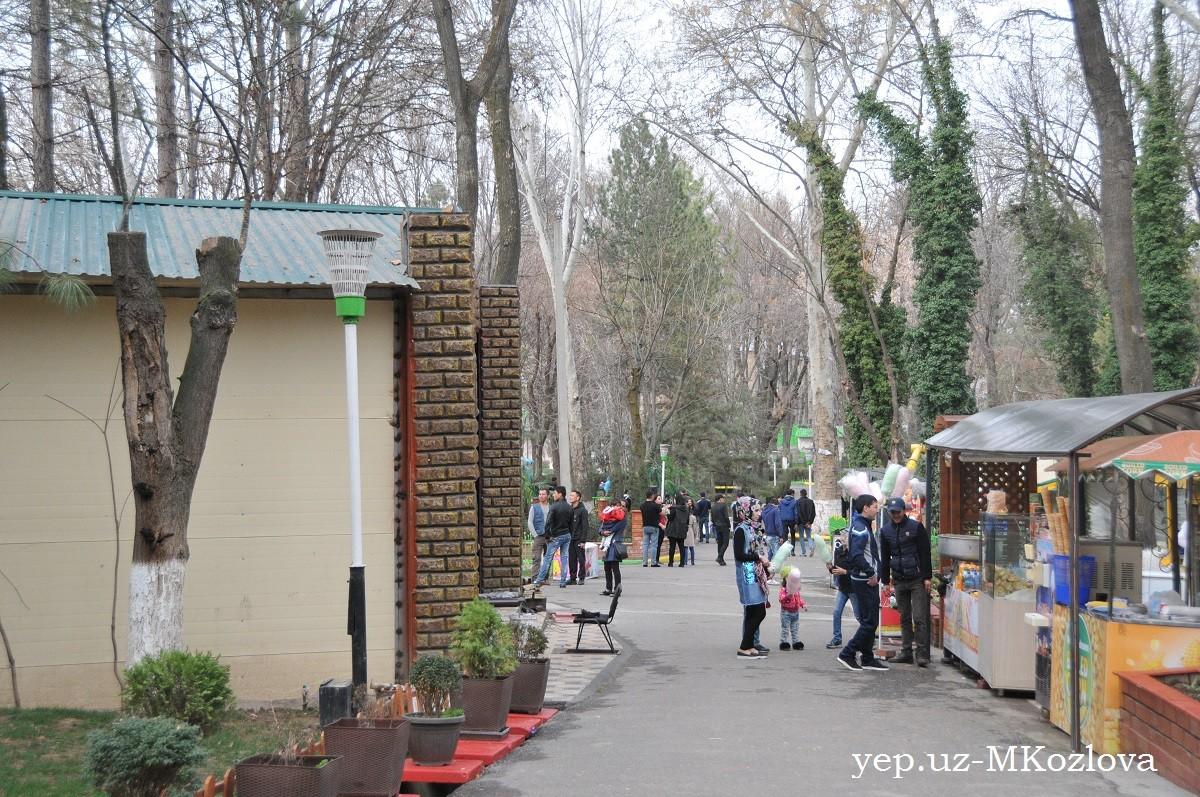 Гуляния в парке Гафура Гуляма в воскресенье