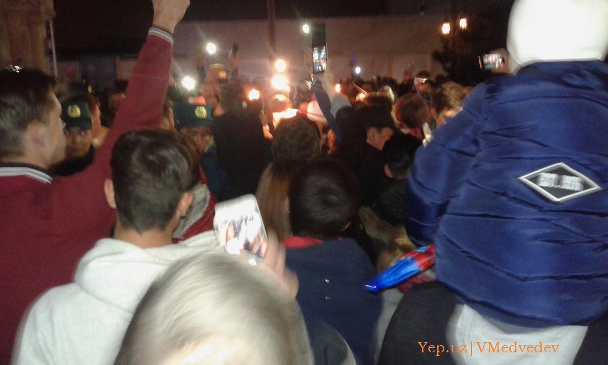 Верующие зажигают свечи от прибывшего Благодатного огня в Ташкенте на пасху 2018 года