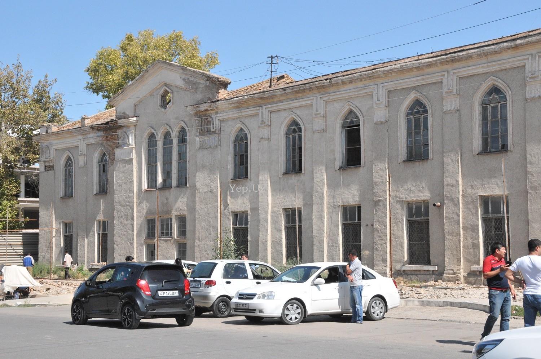Колоритное здание старой фабрики в Янгиюле