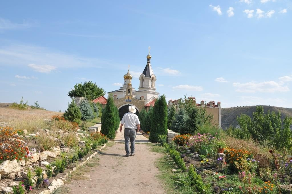Владимир идет к православной церкви в Старом Орхее