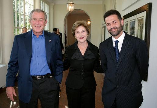 Халед Хоссейни с президентской четой Буш