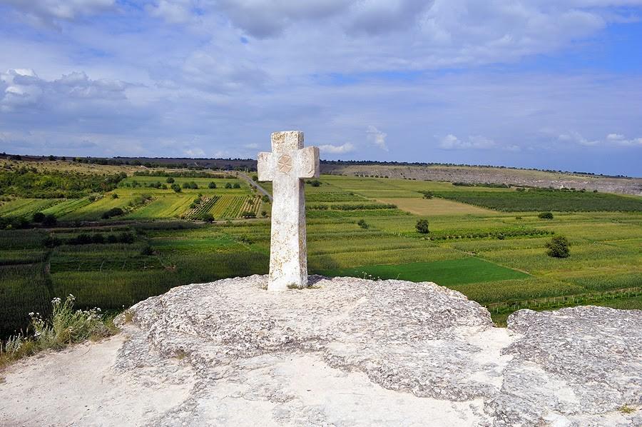 Крест в Старом Орхее - почти символ Молдовы