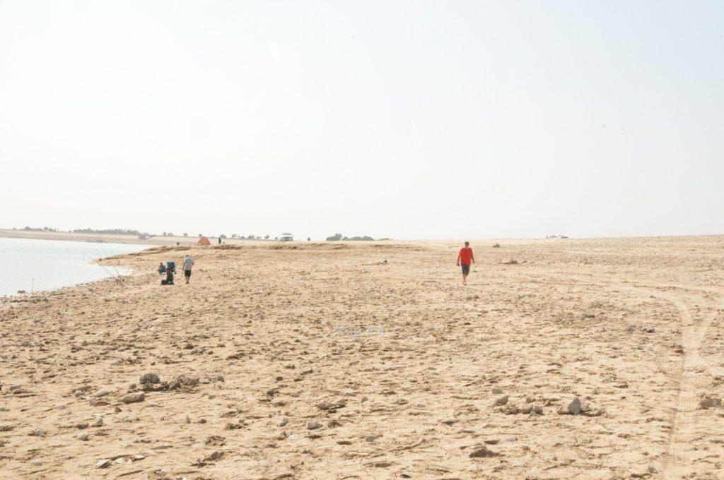 Владимир идет по пляжу Ташморя