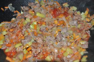 К овощам и мясу добавлена томатная паста