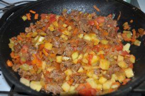 Картофель и специи добавлены в казан для маставы
