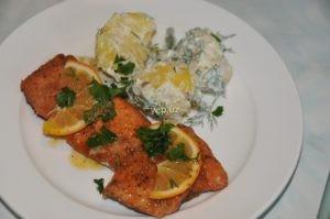 Жареная форель на сковороде и картофель со сметаной готовы