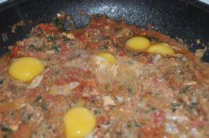 Кюфта по-мароккански, или тагинэ, с соусом и яйцами
