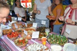 Украинские вареники и бутерброды с тертым салом