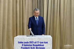 Шавкат Мирзиёев закладывает капсулу в первый камень